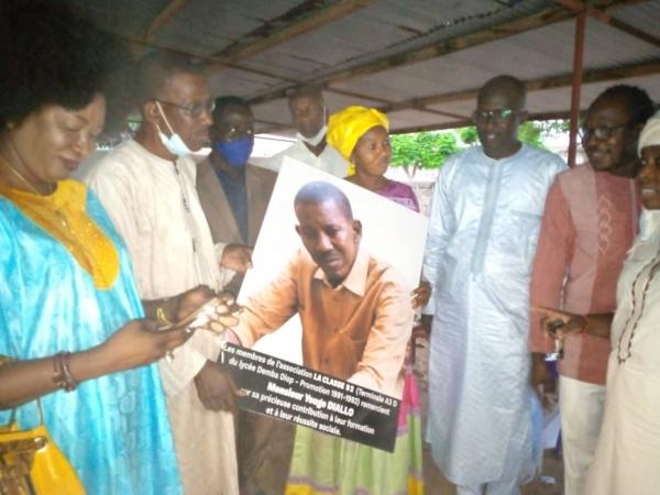 EDUCATION : 30 ans après, les élèves de la Tle A3D du lycée Demba Diop de 1992 honorent leur ancien Professeur de Philosophie.
