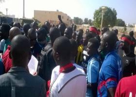 CONTESTATION CONTRE LA REINTEGRATION DE OUAKAM EN LIGUE 1 8 jeunes de Mbour font irruption sur le terrain à la 8ème minute du match Stade de Mbour-Sonacos.