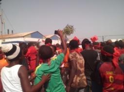 MBALLING : Deux blessés dans une manifestation populaire contre une usine de fabrication de farine et d'huile de poisson.