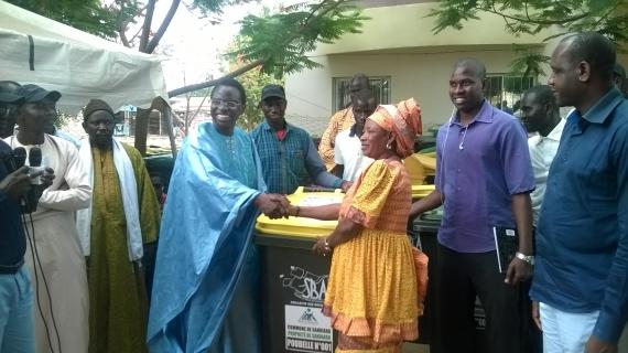 SANDIARA : Les populations reçoivent 300 bacs à ordure pour améliorer leur cadre de vie.